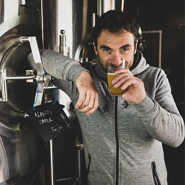 Benoit déguste une bière - la Brasserie des Écluses